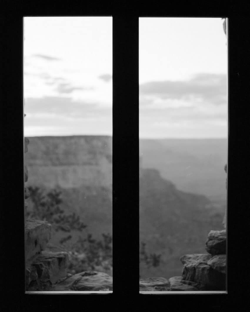 Черно-белый вид на горы из окна на фильме «Илфорд Дельта 400» - Путеводитель по фильму «Илфорд BW» Дэвида Роуза на «Стреляй с фильмом»