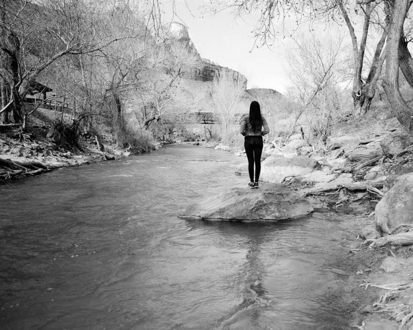 Черно-белое изображение женщины, стоящей в ручье на пленке Илфорда HP5 - Путеводитель по фильму Илфорд BW Дэвида Роуза на «Стреляй с пленкой»
