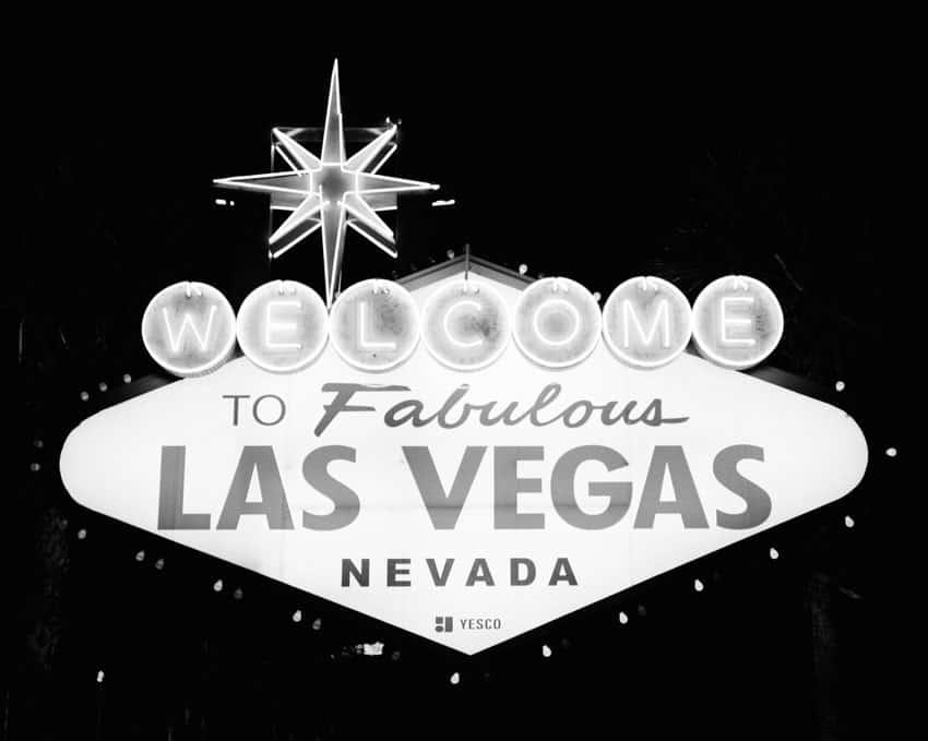 Черно-белое изображение вывески Лас-Вегаса на пленке Илфорда HP5 - Путеводитель по фильму Илфорд BW от Дэвида Роуза на сайте Shoot It With Film