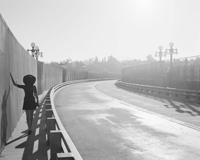 Черно-белое изображение женщины возле проезжей части на пленке Ilford XP2 - Путеводитель по фильму Ilford BW от Дэвида Роуза о фильме «Shoot It With Film»