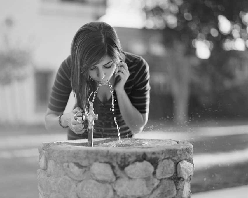 Черно-белое изображение женщины у питьевого фонтана на фильме Илфорд XP2 - Путеводитель по фильму Илфорд BW Дэвида Роуза на тему «Стреляй с фильмом»